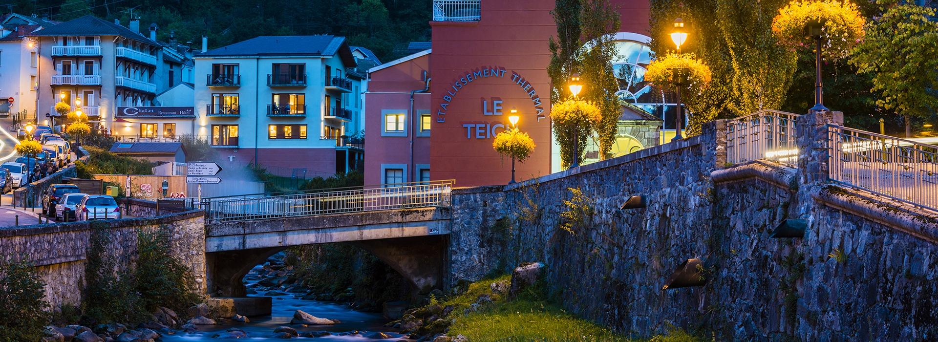 Vue extérieure sur le restaurant hôtel Le Chalet et sur le Teich à Ax les Thermes