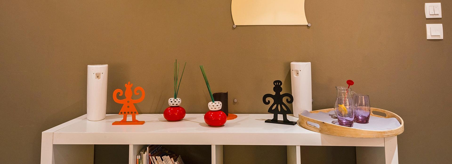 Présentoir avec des objets sympathiques au jacuzzi de l'hôtel le Chalet à Ax les Thermes